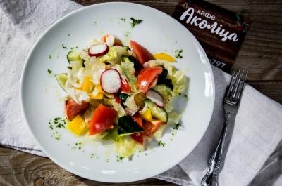 Салат из свежих овощей с заправкой винегрет